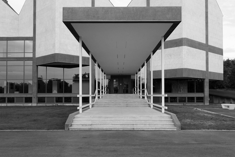 Museum für Zeitgenössische Kunst. Verschiedene Geometrien überlagern sich zwei- und dreidimensional.
