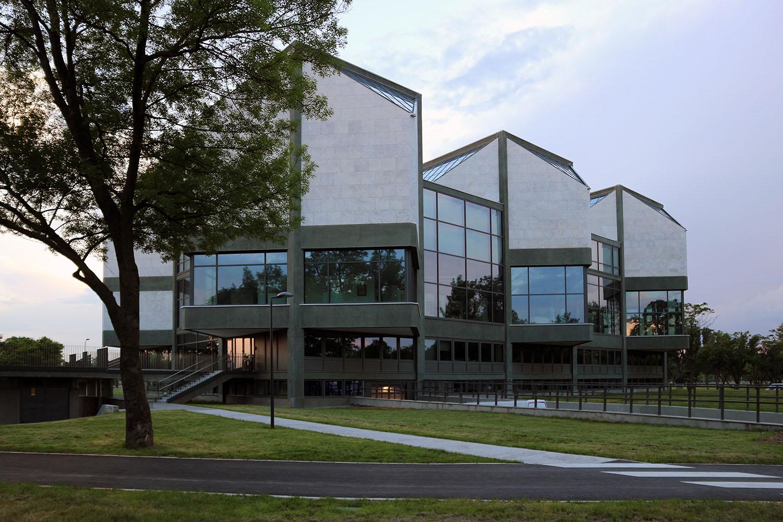 Museum für Zeitgenössische Kunst. Das Museum ist eingebettet in einen Skulpturenpark mit Werken der bedeutendsten jugoslawischen Bildhauer des 20. Jahrhunderts.