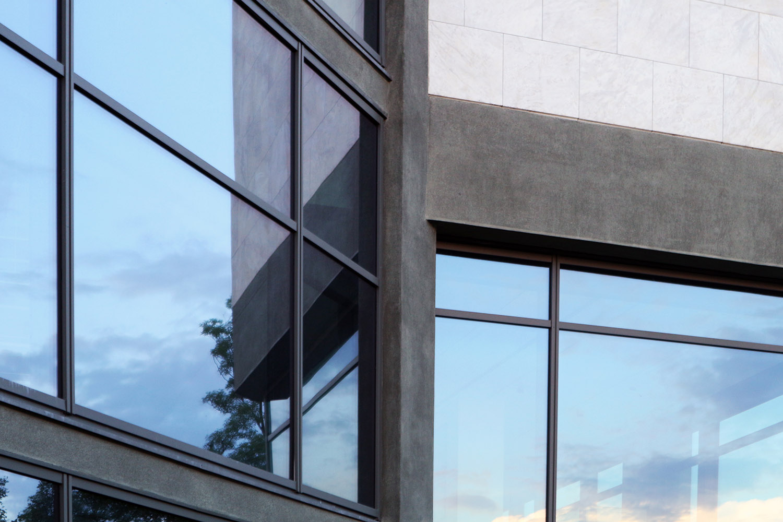 Museum für Zeitgenössische Kunst. Überlagerte Geometrien und Spiegelungen