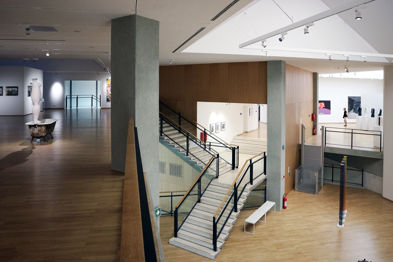 Museum für Zeitgenössische Kunst. Der Innenraum zeichnet sich durch seine Funktionalität und Geräumigkeit aus.