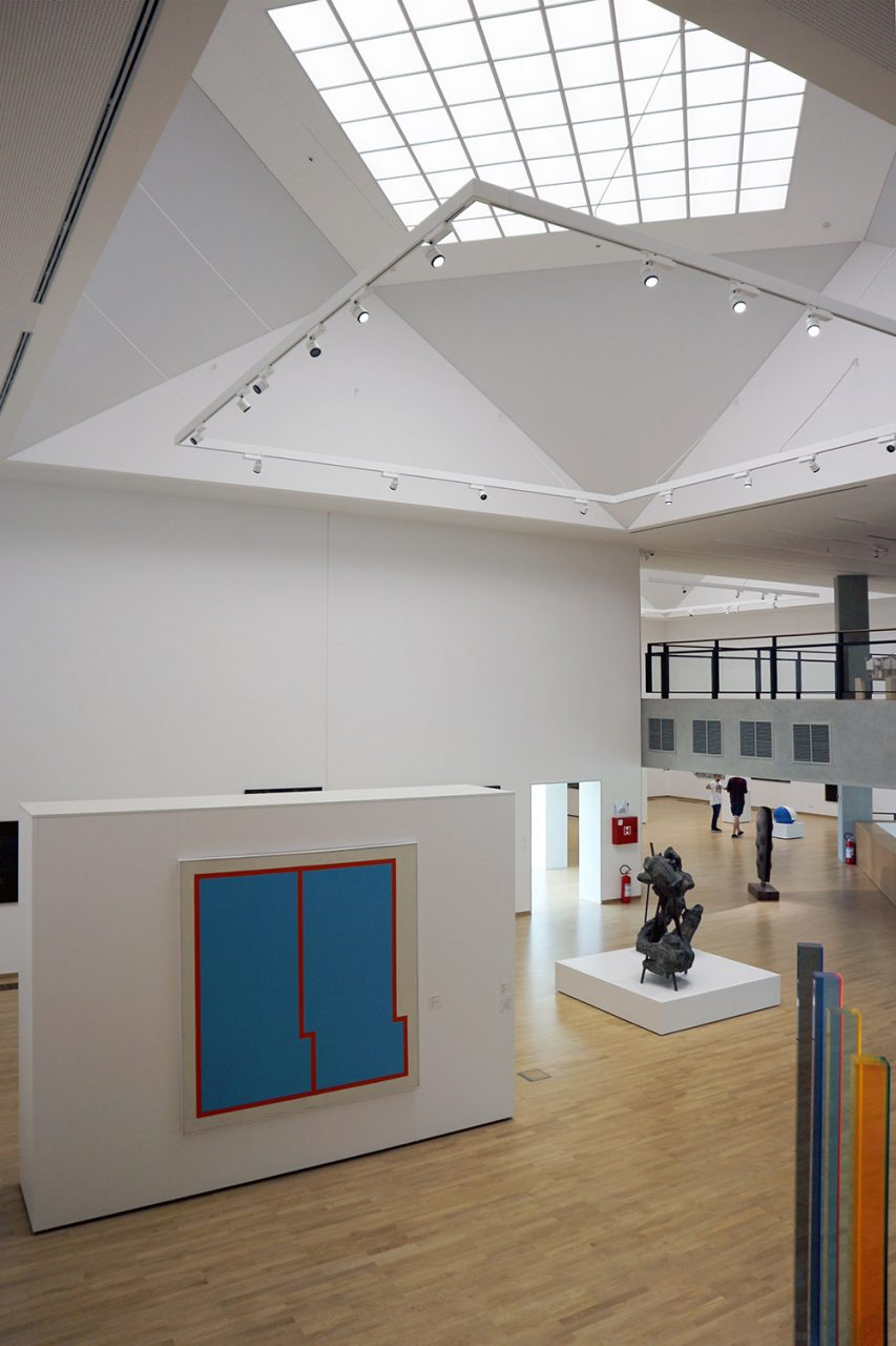 Museum für Zeitgenössische Kunst. Ein einzigartiger und klug gestalteter Innenraum, ohne vertikale Trennwände und Flure ...