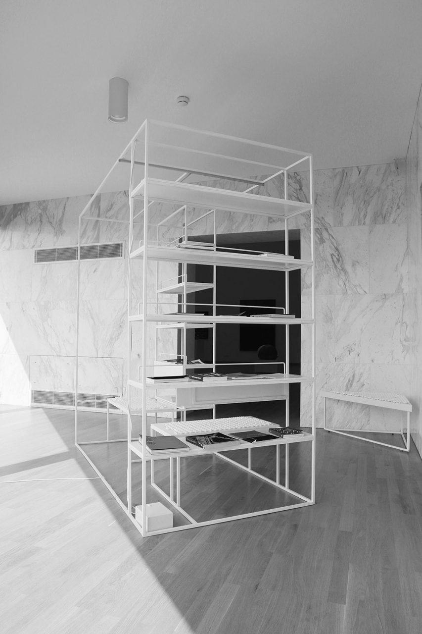 Museum für Zeitgenössische Kunst. Große Glasflächen eröffnen Panoramen in die Umgebung und lassen viel natürliches Licht in den Saal und die Kabinette.