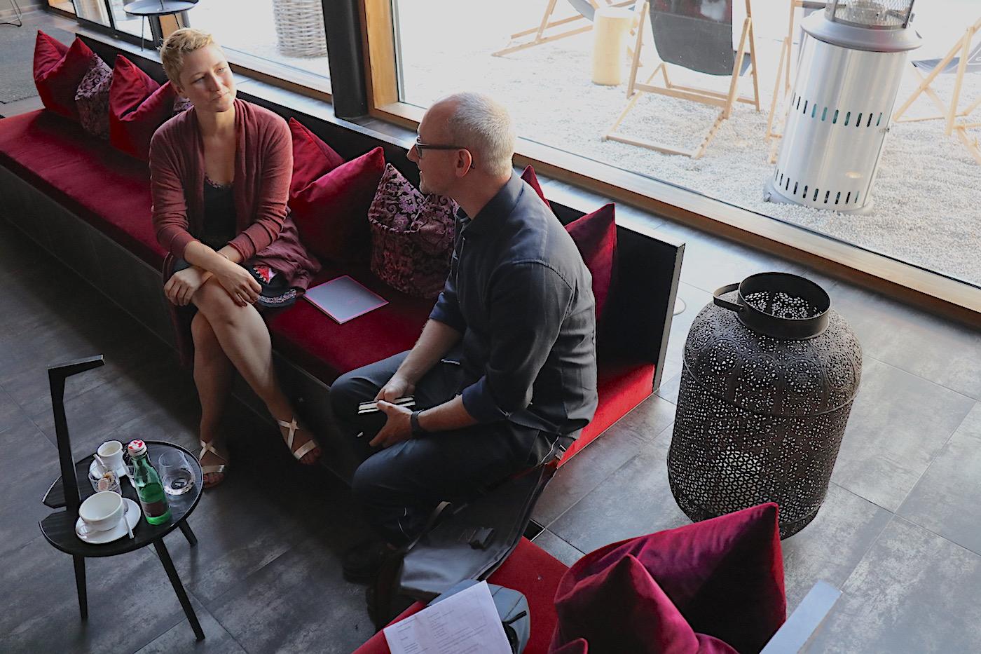 Hotel Gams. Hendrik Bohle im Gespräch mit Hotelchefin Ellen Nenning.