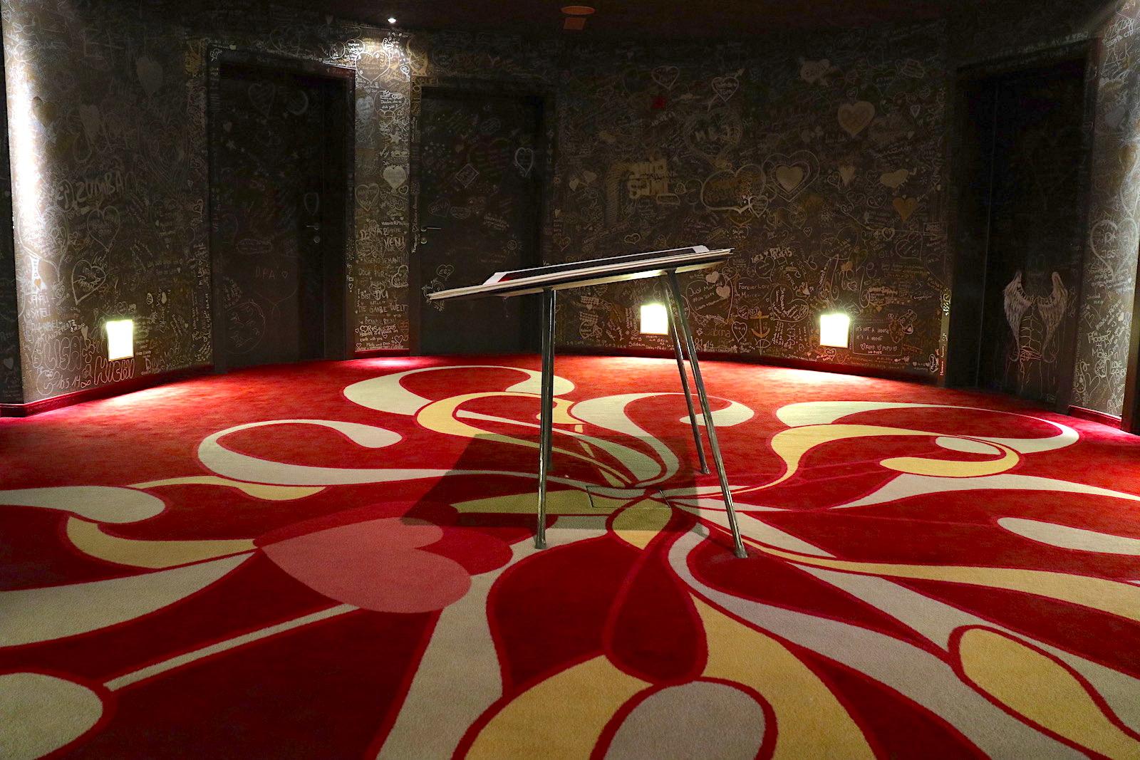 Hotel Gams. Wir bitten um eure Widmung: Liebesgrüße der Gäste an den Wänden des Rundbaus.