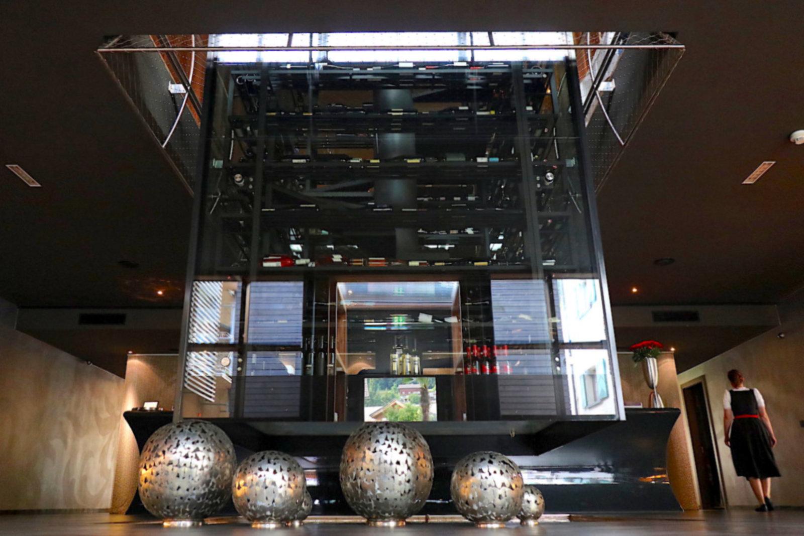 Hotel Gams. Der Wein-Glas-Turm erstreckt sich über zwei Stockwerke und ragt tief in die Lobby hinein.