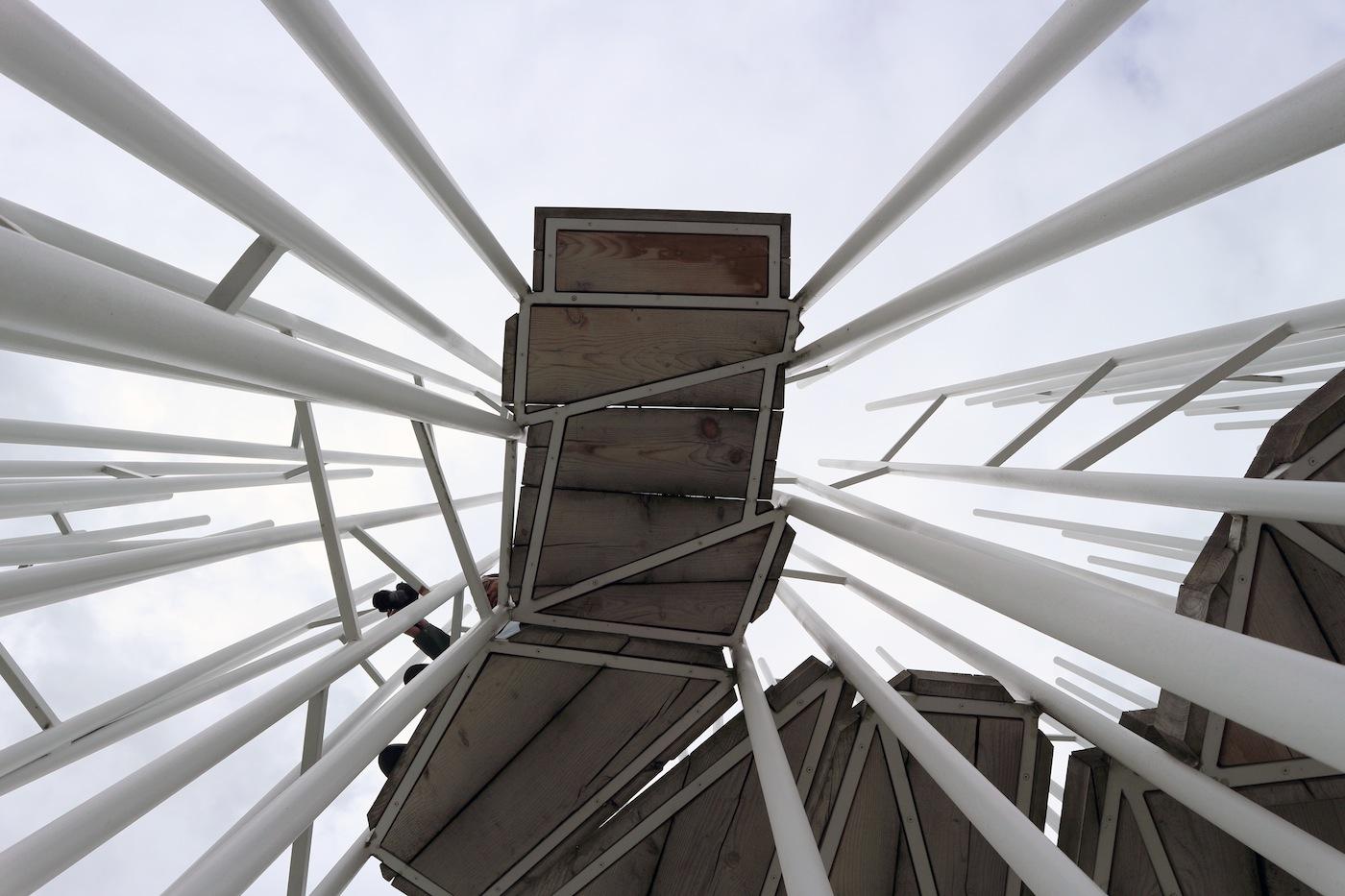 BUS:STOP Bränden. Das Wartehaus in Bränden ist gar keins, sondern eine offene Struktur aus dünnen Pfeilern (Umsetzung durch Eberle Metall Exclusiv Hittisau sowie lokalen Handwerkern) mit einer Stiege, die zu einem Podest hoch über der Straße führt. Von der Plattform lässt sich die Fujimoto-Philosophie, die Raum, Natur, Kunst und Architektur verbindet, am besten verstehen. Was für ein Weitblick!