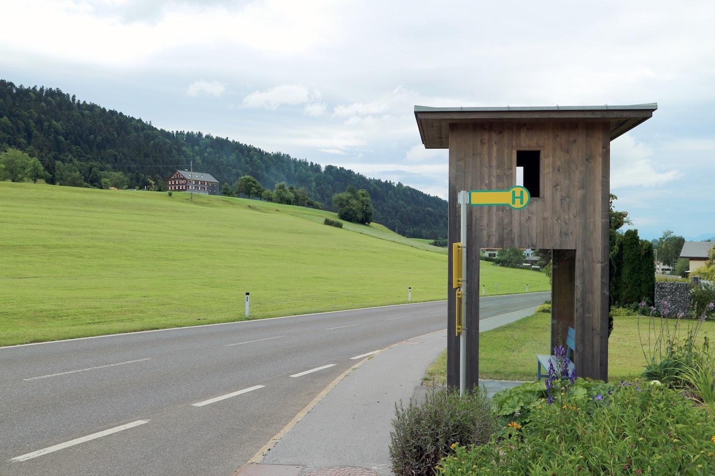 BUS:STOP Oberkrumbach. Dieses Wartehaus ist ein Holzturm, bescheiden und ungekünstelt. Aber es wäre kein Alexander Brodsky-Konstrukt (eigentlich: Alexander Sawwitsch Brodski, *1955), wenn es nicht doch noch eine Überraschung gäbe.