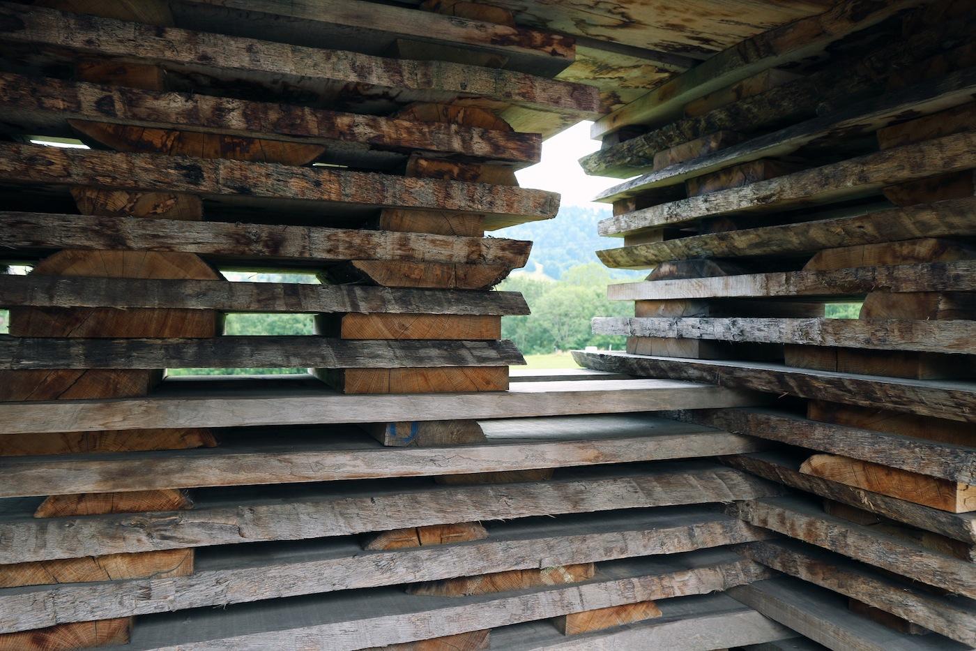BUS:STOP Unterkrumbach Nord. In Krumbach haben sie zum ersten Mal mit Holz gearbeitet – wir sind gespannt in welche Architektur die Belastungsproben mit anderen Materialien münden.