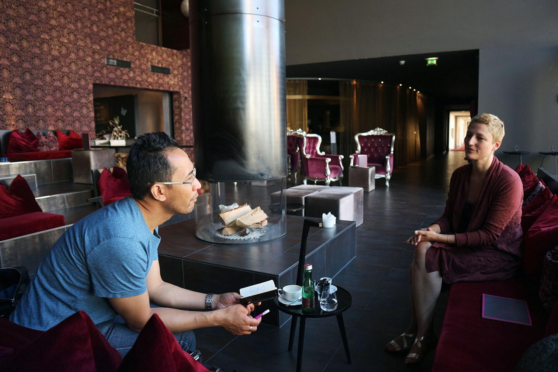 Hotel Gams. Jan Dimog im Gespräch mit Hotelechefin Ellen Nenning.