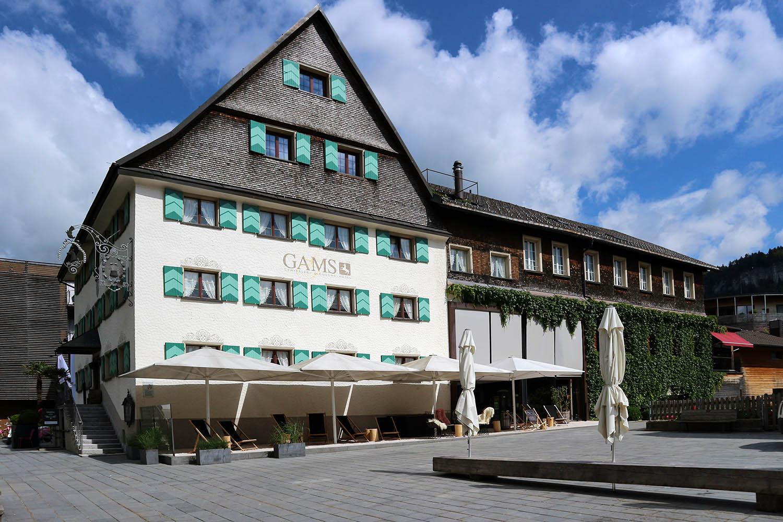 Hotel Gams. Die Geschichte des Haupthauses reicht bis 1648 zurück. Um-, An- und Ausbau erfolgte 2005 und 2009 durch das Schweizer Architekturbüro at7