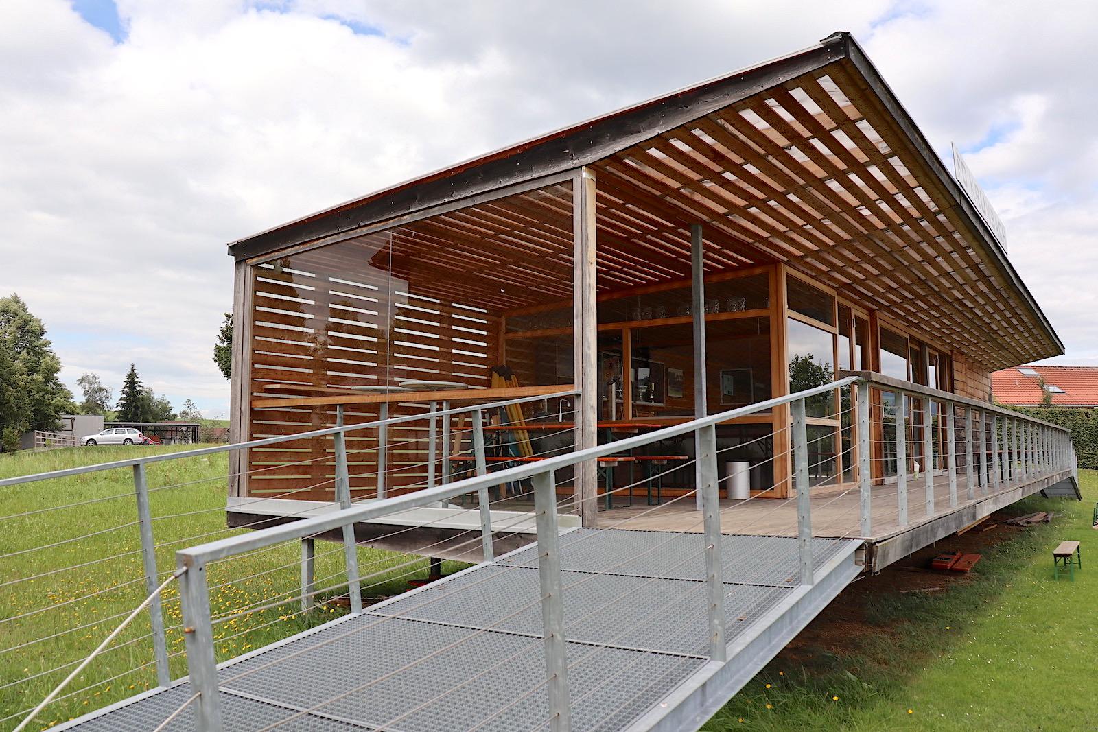 Sommerhaus Fussballclub Krumbach. Von Bernardo Bader Architekten, Dornbirn. Fertigstellung: 2000. Bader (*1974) gehört zur neuen Architektengeneration, die in Vorarlberg und darüber hinaus hochgelobte Projekte realisieren. 2013 erhielt Bader den Aga Khan Award for Architecture. Das Sommerhaus war seine erste umgesetzte Arbeit.