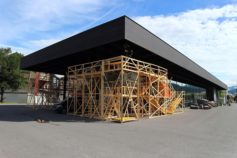 Werkraum Bregenzerwald. Handwerkerhaus, Kunstraum, Markthalle. Der Vergleich mit der Neuen Nationalgalerie in Berlin von Mies van der Rohe liegt nah.