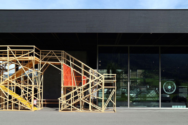 """Werkraum Bregenzerwald. """"nextG"""": so heißen die Bautage der Werkraumschule unter der Leitung des Schweizer Werk- und Gestaltungslehrers Serge Lunin. Dazu gehört die Fassadeninstallation aus Holz von rund 60 Jugendlichen."""