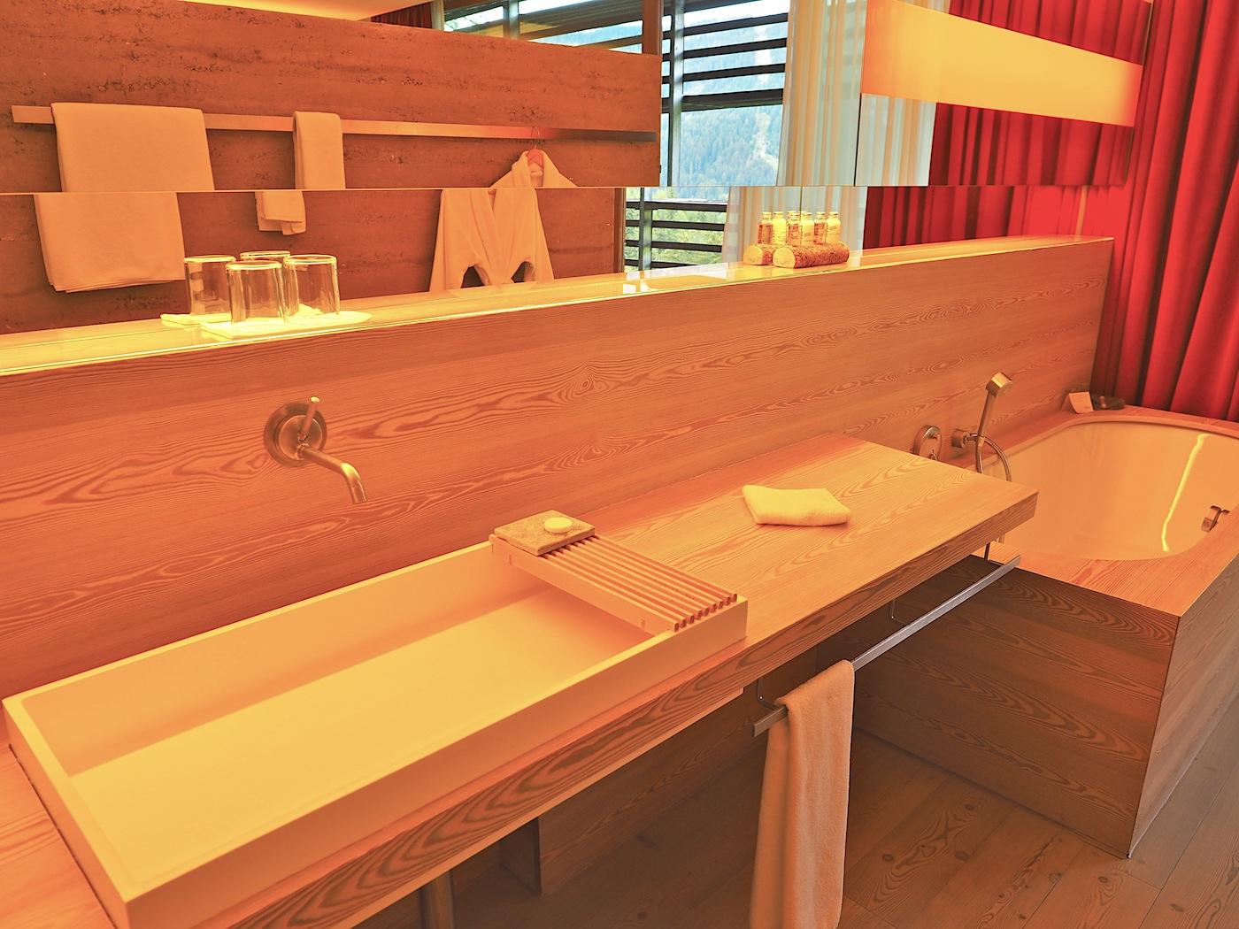 Liebe zum Detail. Auch die Ablage für die Seife nutzt einen der Hauptbaustoffe: Silberquarzit aus Sterzing.