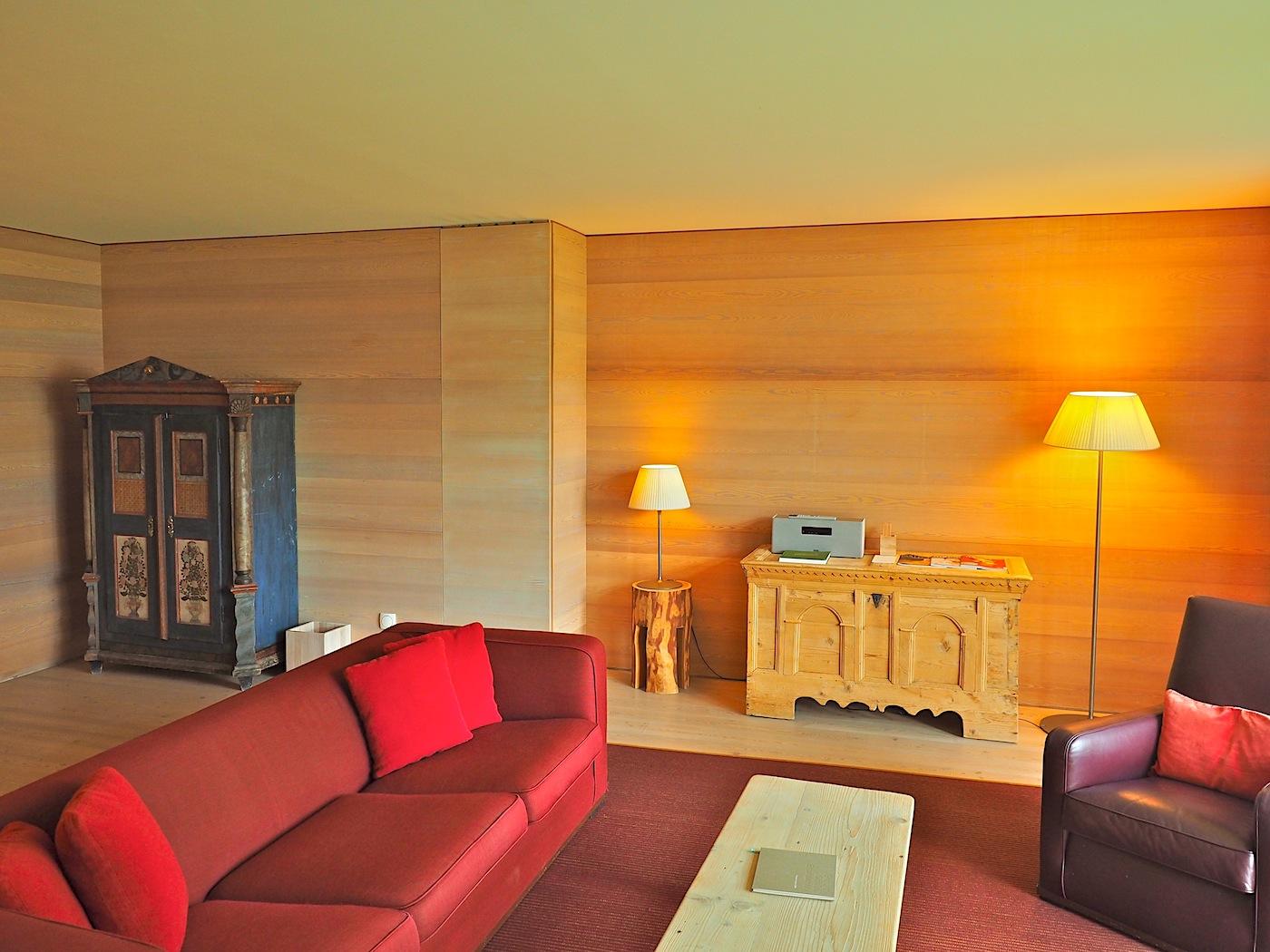 Brauchtum. Neben dem Restaurant Ida geben nur die Suiten, doppelt so groß wie die Standardzimmer, der bäuerlichen Tradition mit bemaltem Schrank, geschnitzter Truhe und rustikaler Sitzecke ein wenig Raum.