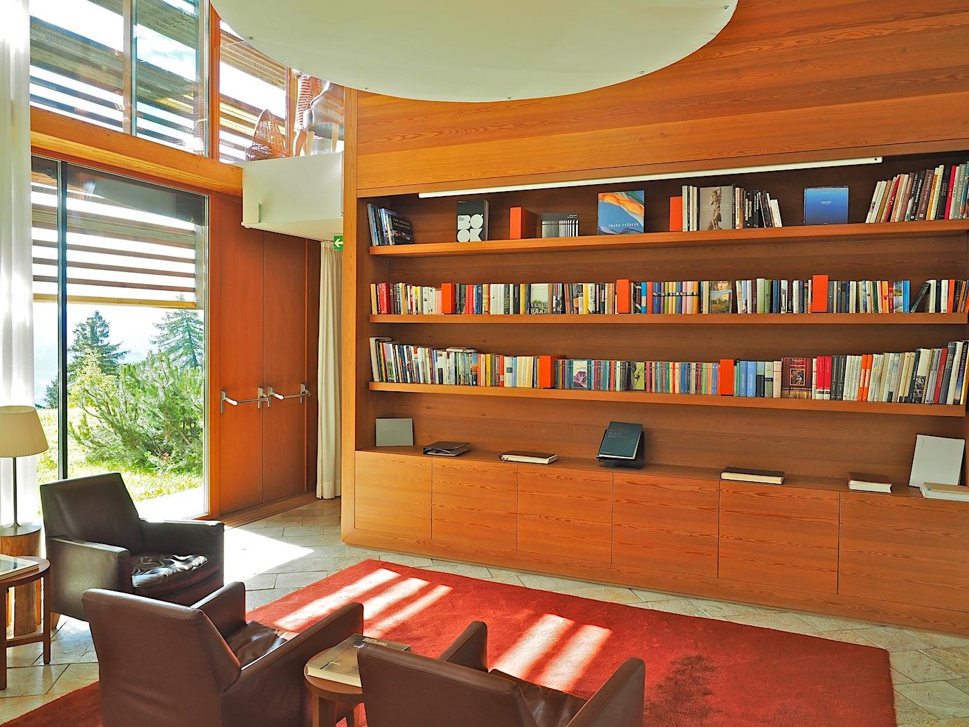 Lichtspiele. Unter der Pendelleuchte von Philippe Starck zeichnen die Lamellen wie in allen Räumen ihre Muster auf den Boden der Bibliothek.