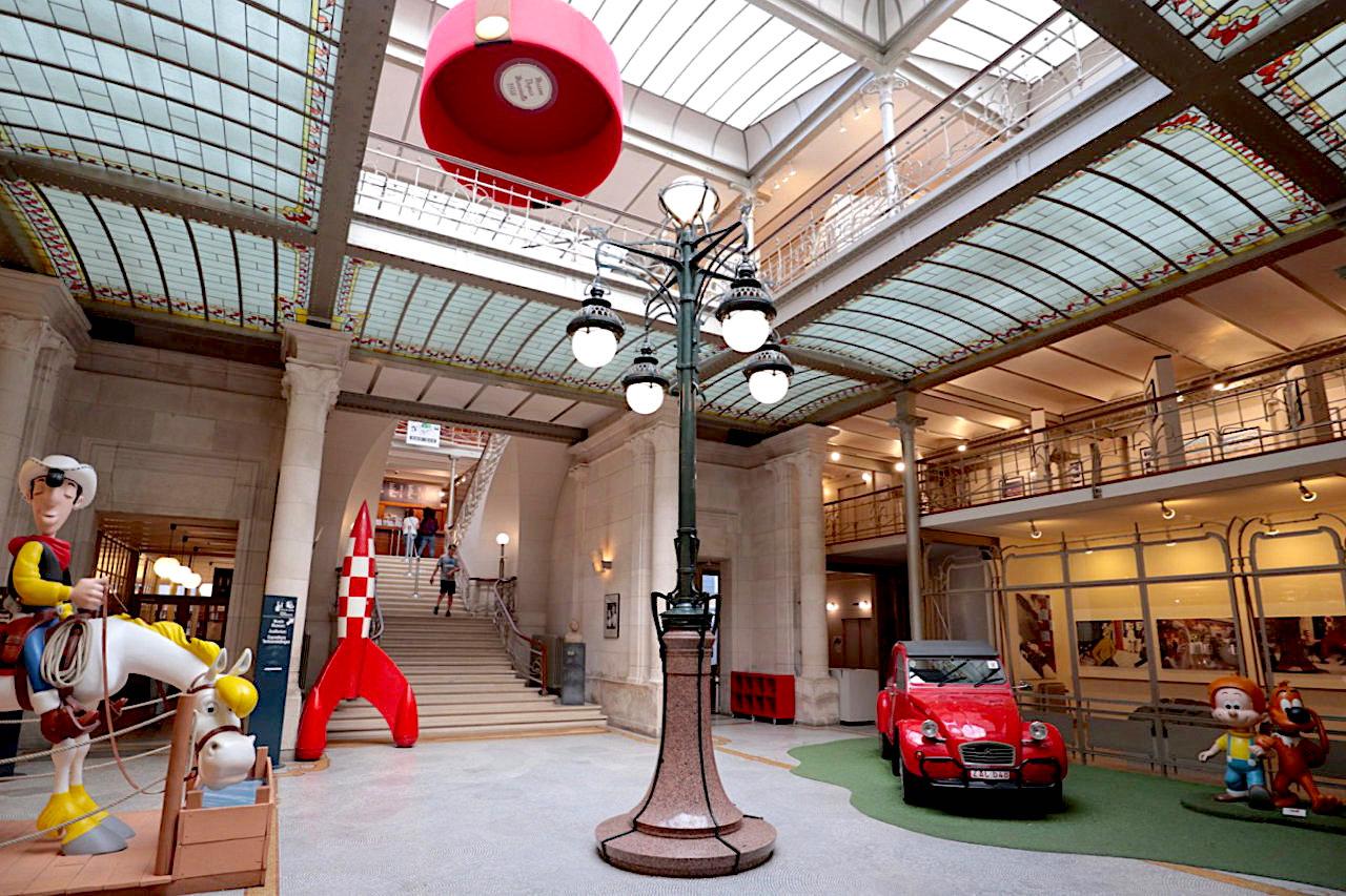 Belgisches Comiczentrum BCZ. Das Gebäude wurde über Jahrzehnte vernachlässigt, bevor es nach mehrjähriger Sanierung 1989 als Museum für belgische Comic-Kunst eröffnet wurde.