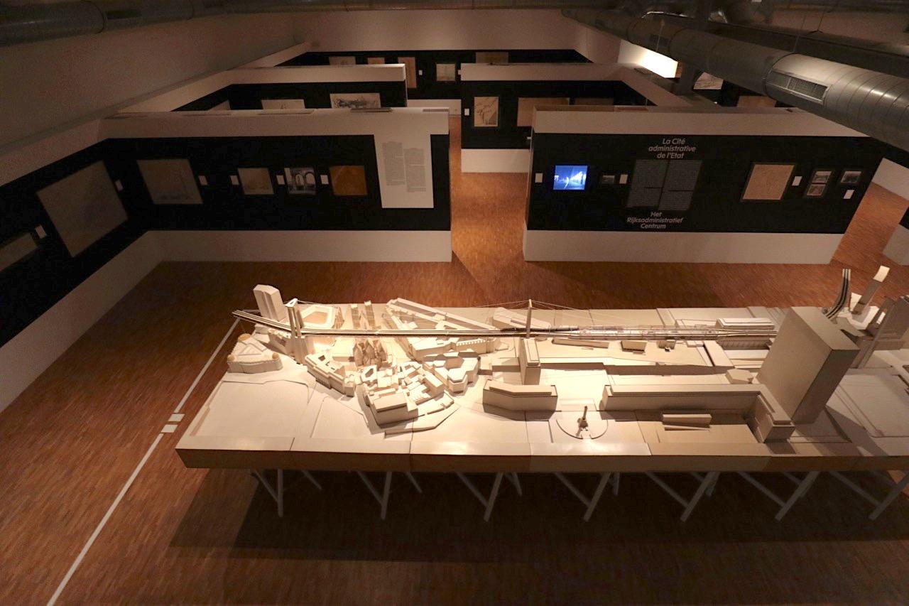Unbuilt Brussels. Blick über einen Teil der Ausstellungsfläche mit dem Modell im Vordergrund, der ...