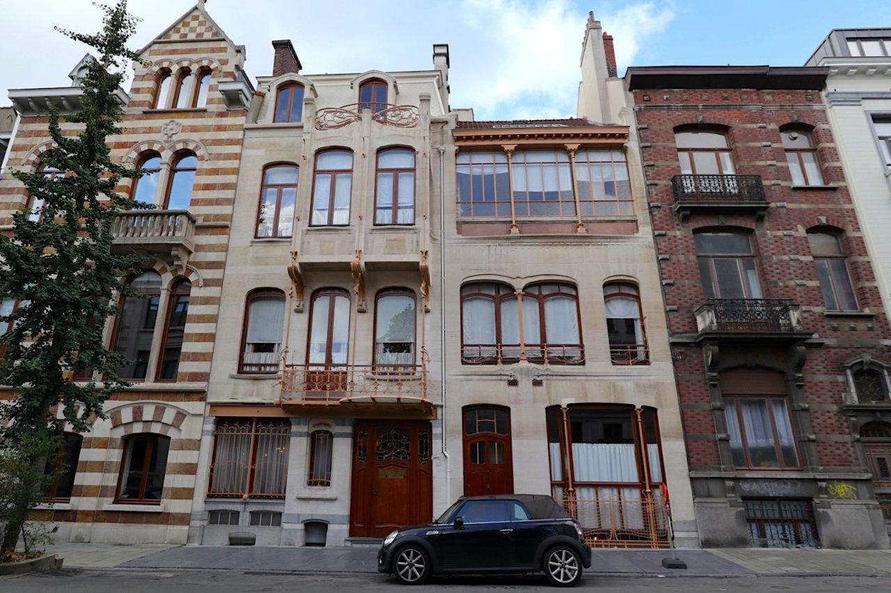 Horta Museum. Architekt: Victor Horta, Fertigstellung: 1901. Ein Haus, zwei Eingänge: links mit den Erkern das Wohnhaus (Haus-Nr.: 23), rechts das Architektenbüro und Atelier (Haus-Nr.: 25).