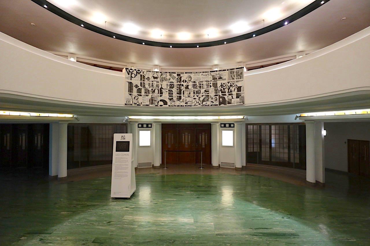 Palais des Beaux-Arts de Bruxelles BOZAR. Der Hauptsaal, der Henry-Le-Boeuf-Saal, hat 2.200 Sitzplätze. Hier die Vorhalle zum Saal.