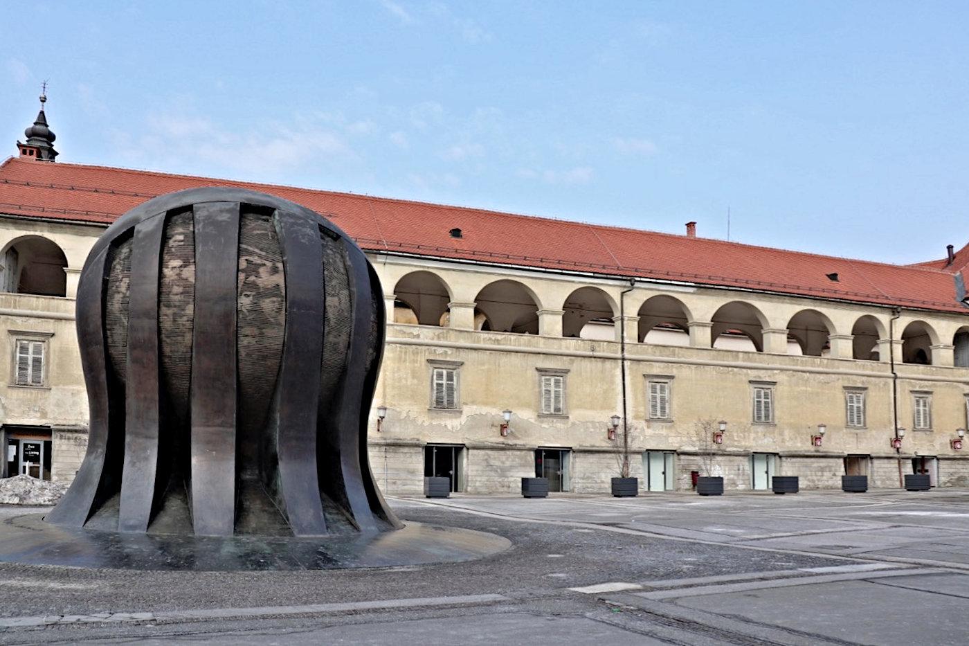 Freiheitlich. Das Freiheitsdenkmal Kodžak am zentralen Platz Trg Svobode stellte der Künstler Slavko Tihec 1975 fertig. Das Denkmal (Spomenik) erinnert an die knapp 700 Gefangenen und Aufständischen, die während des Zweiten Weltkriegs von deutschen Soldaten getötet wurden.