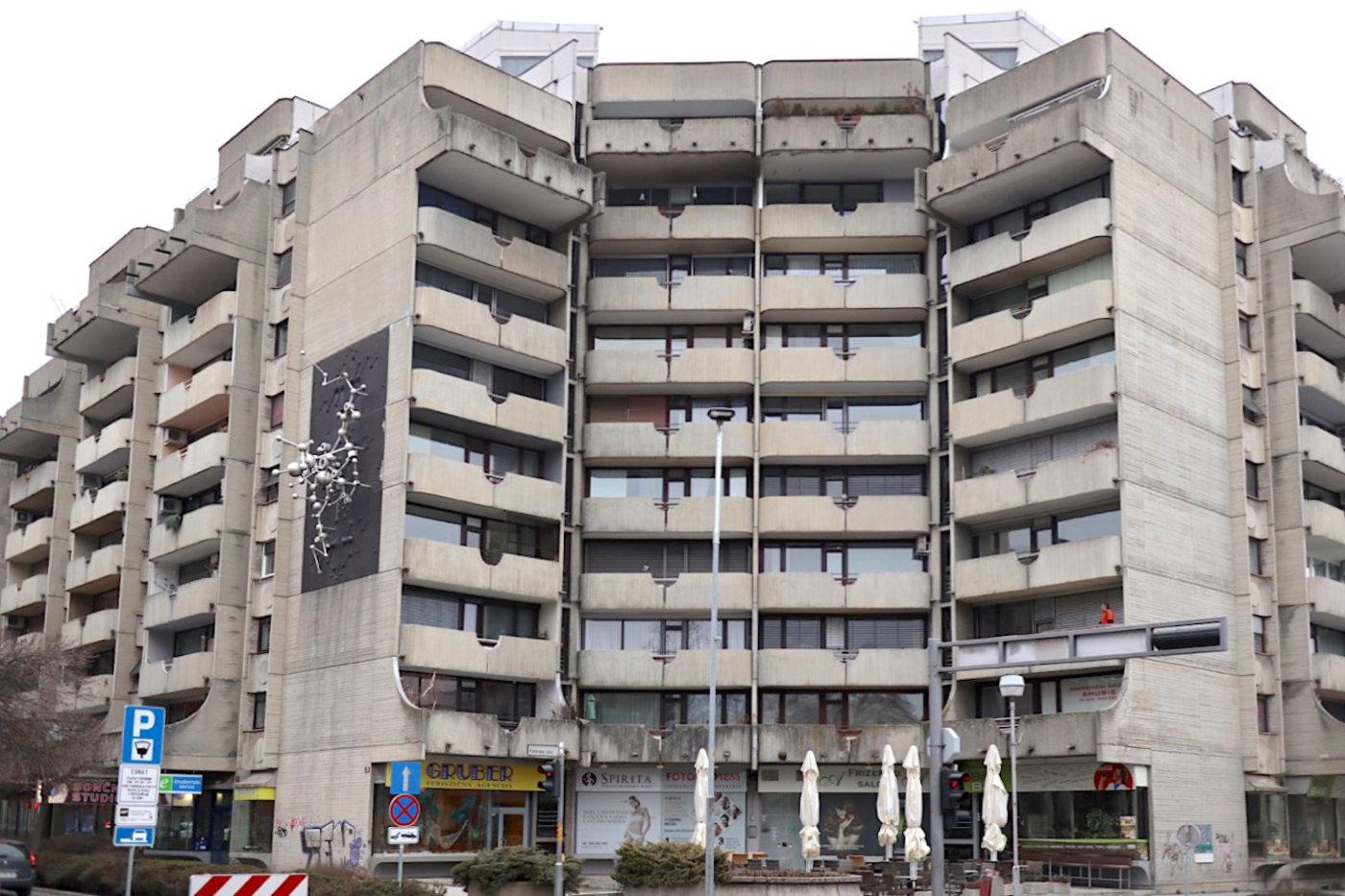 Jemčev Garten. von Borut Pečenko, Fertigstellung: 1975. Eins der prominentesten Brutalismusbauten der jugoslawischen Ära in Maribor und genau gegenüber des Wohnblock Gradišče platziert.