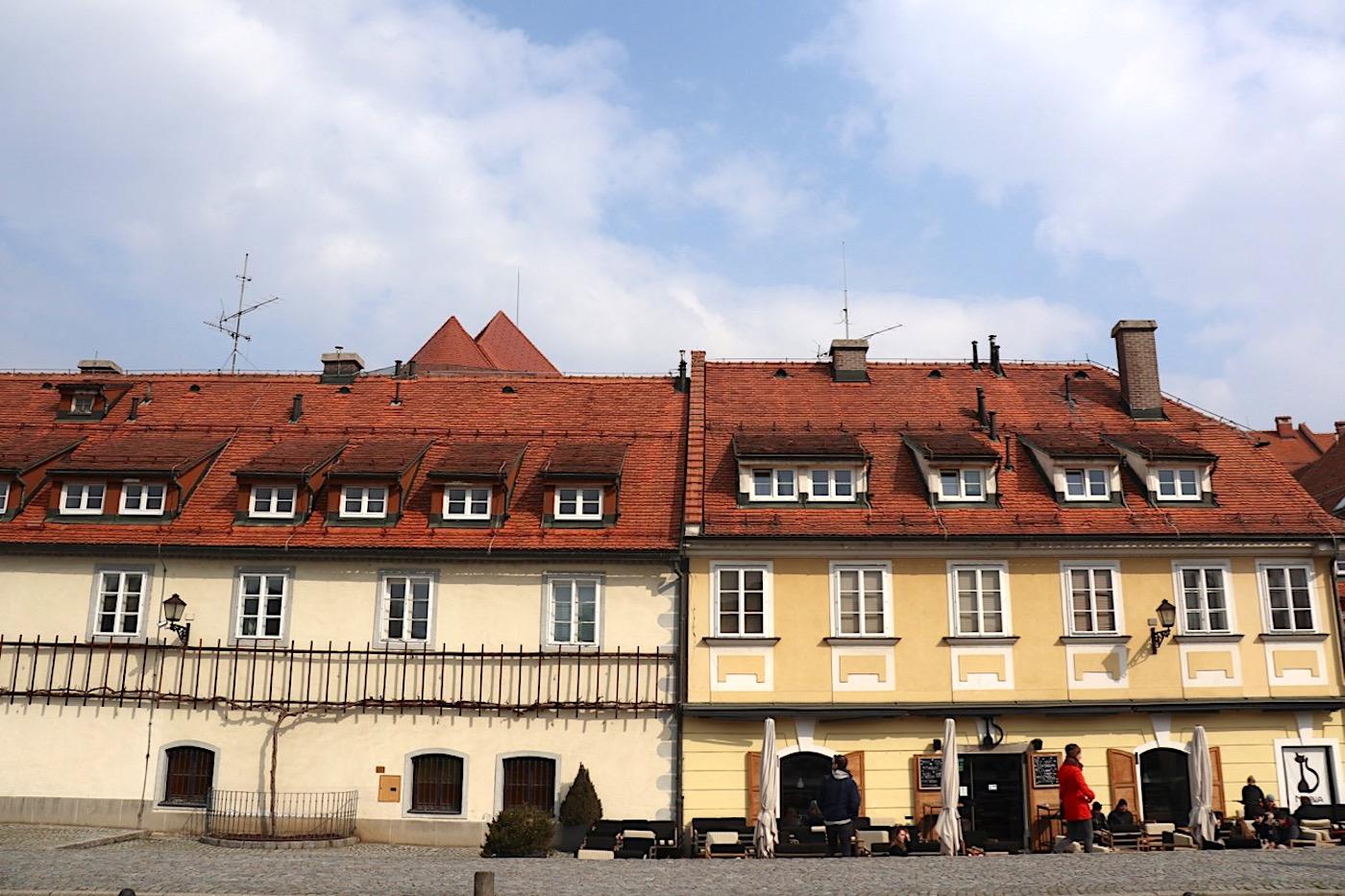 """Alt. Die """"Stara trta"""" ist mit 400 Jahren der älteste Weinstock der Welt. Der Pflanze ist das Museum """"Haus der Alten Rebe"""" gewidmet, im Bild links."""