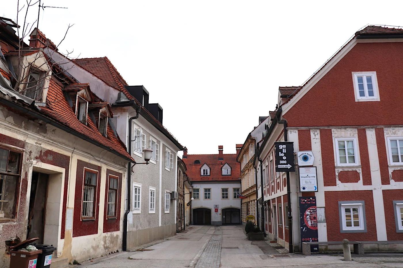 Jüdisch. Unweit des Hauses der Alten Rebe befindet sich das jüdische Viertel mit der Synagoge, die bereits im frühen 15. Jahrhundert erwähnt wurde.