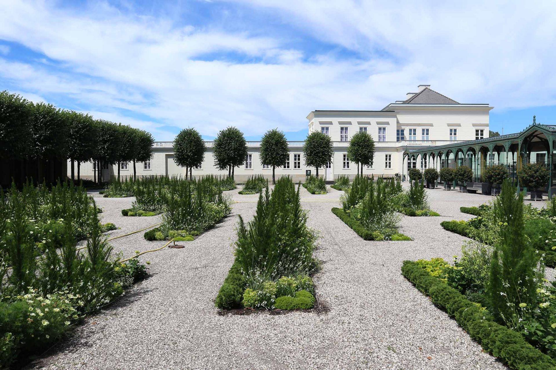 Schloss Herrenhausen. In der rekonstruierten Hülle des klassizistischen Schlosses entstand 70 Jahre nach seiner Zerstörung 2013 ein modernes Tagungszentrum.
