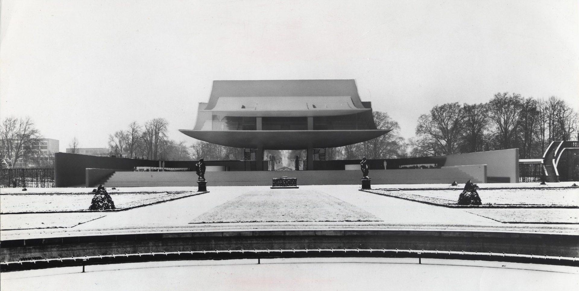 Bella Vista, 1964. Jacobsens Bella Vista sollte das weithin sichtbare Tor und der betonte Auftakt zum Großen Garten werden. Der Weg führte unter der riesigen Skulptur hindurch in die Gartenanlage. Die obere Schale lag bis zu 23 Metern über dem Geländeniveau.