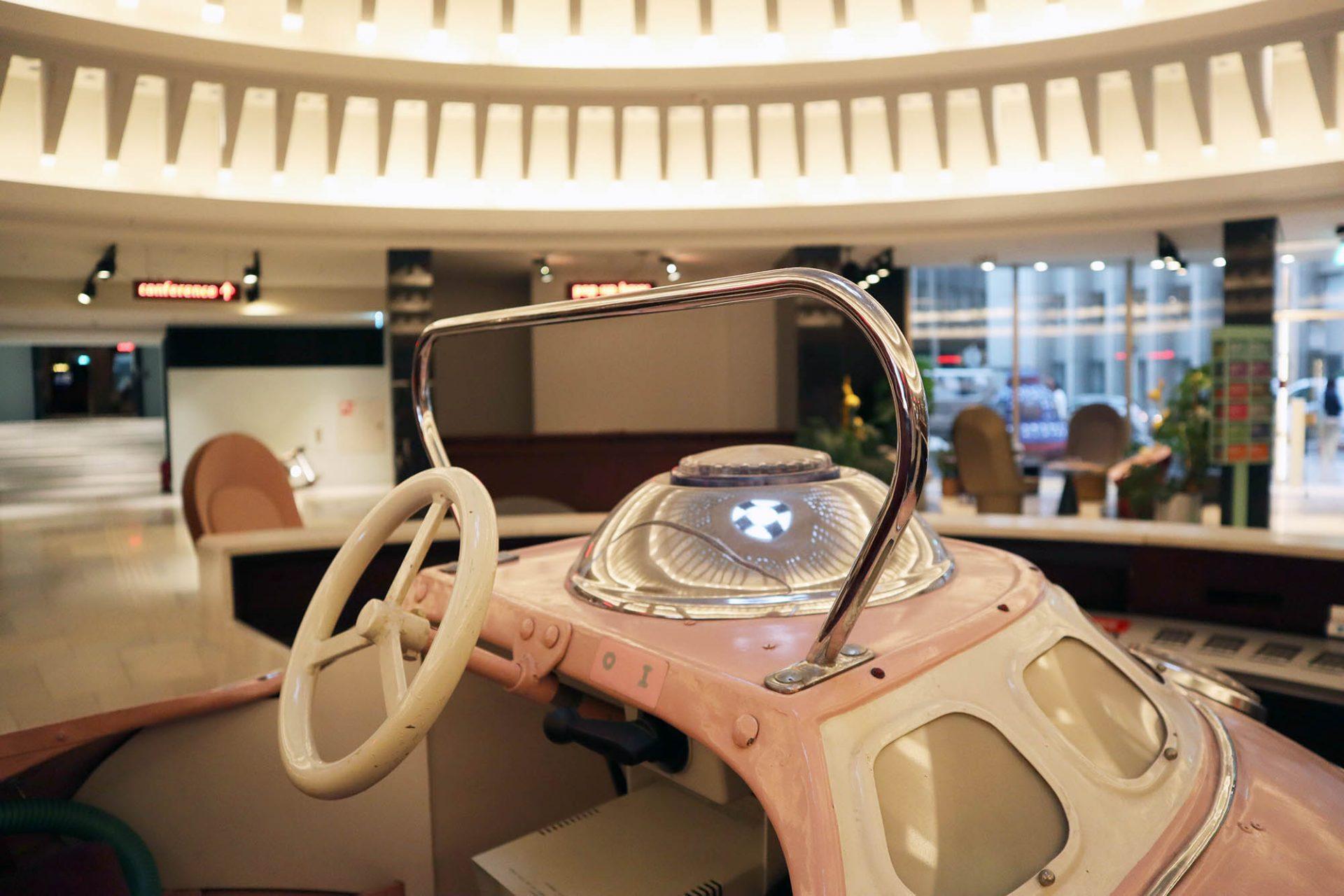 25hours Hotel The Circle. Überall finden sich historische, futuristische und spielerische Zitate technischer Utopien als Verweis auf die legendäre Zeit des deutschen Wirtschaftswunders der 1950er- und 1960er-Jahre.