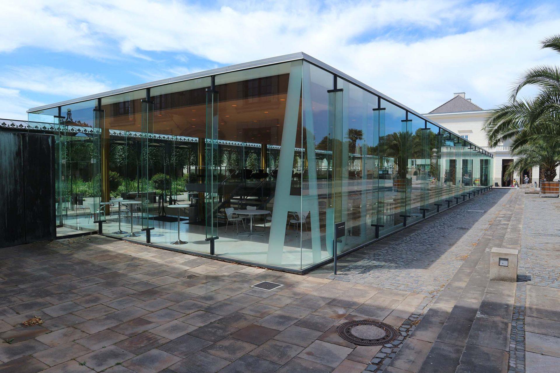 Arne-Jacobsen-Foyer. Seit 2017 erstrahlt das Gebäude in alter Schönheit. Koch Panse Architekten passten das gläserne Gebäude an heutige Energie- und Klimastandards an.