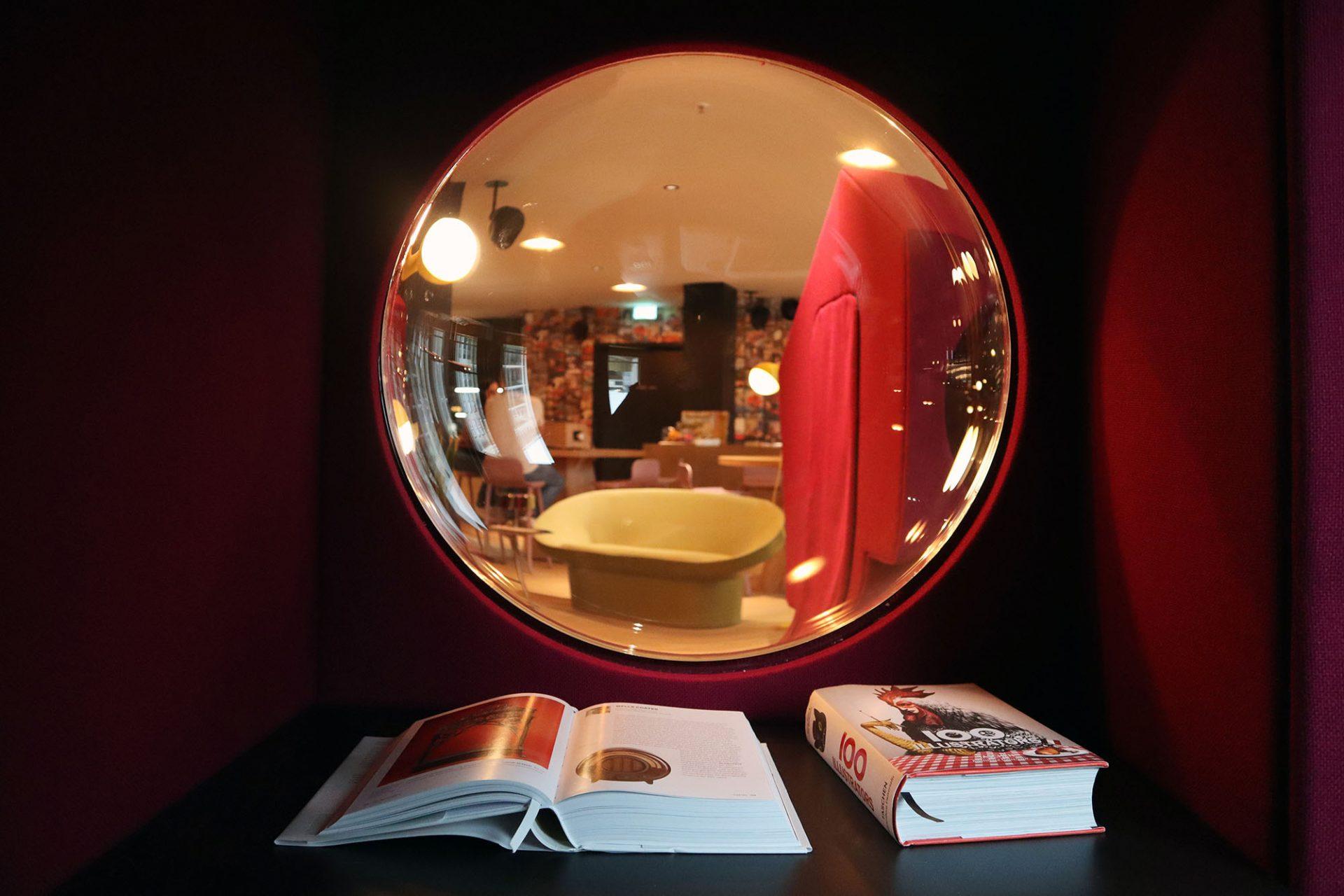 25hours Hotel The Circle. Das Neni Deli ist auch ein offener Coworking Space, in dem man sich in ulkige Stoffkapseln zurückziehen kann.
