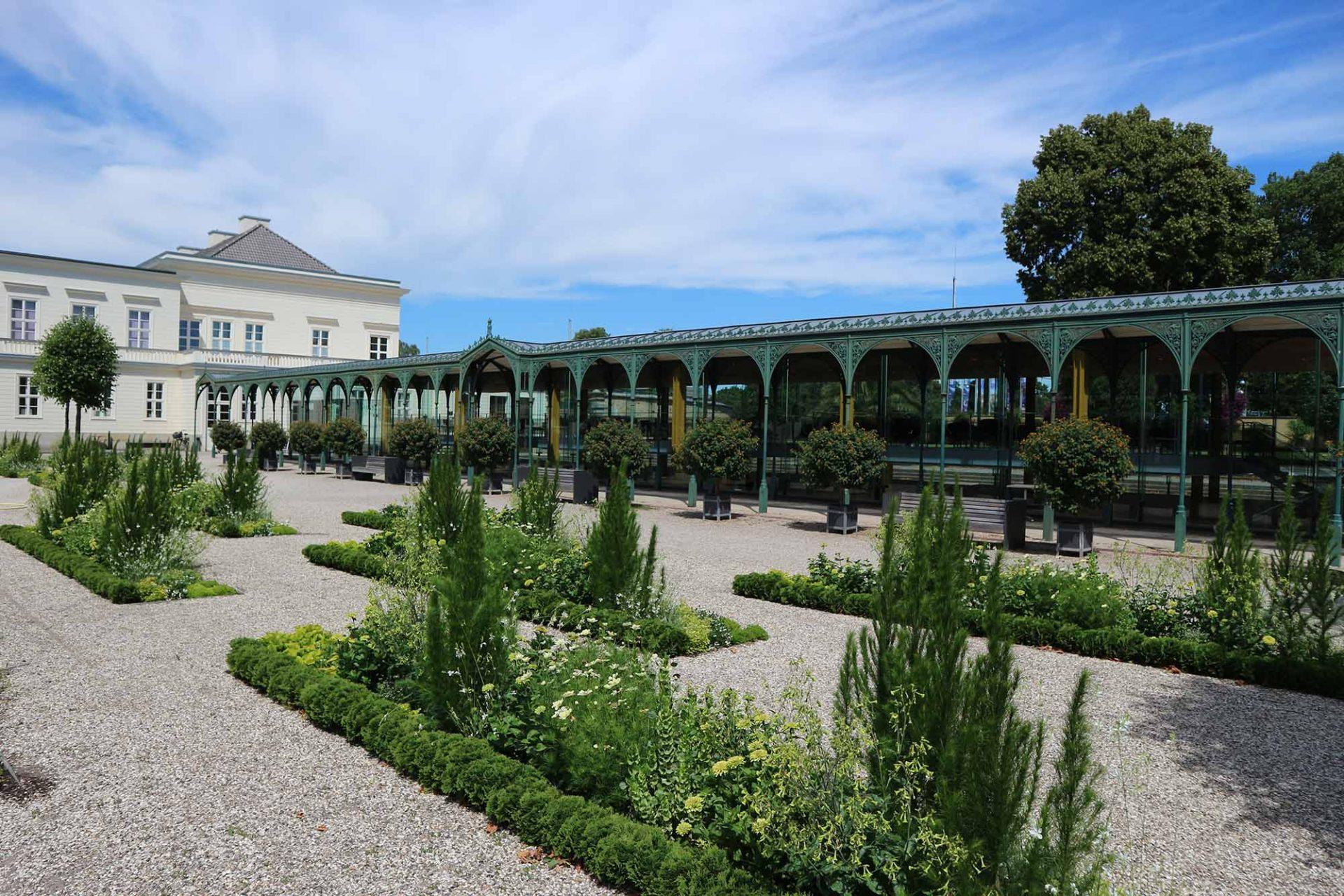 Arne-Jacobsen-Foyer. Die historische Pergola aus Gusseisen verbindet des Schloss ...