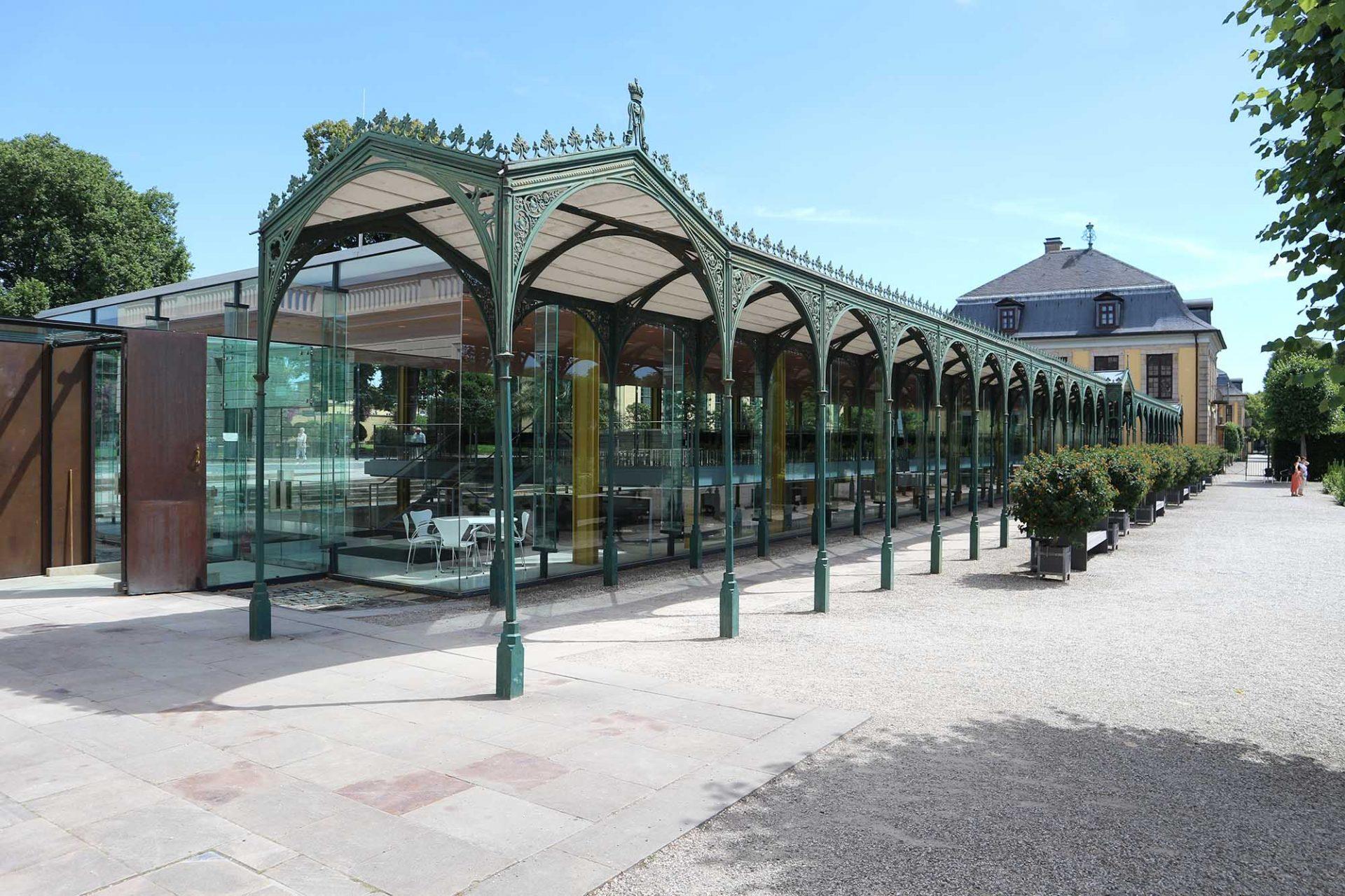 Arne-Jacobsen-Foyer. ... über das gläserne Foyer mit der Orangerie.