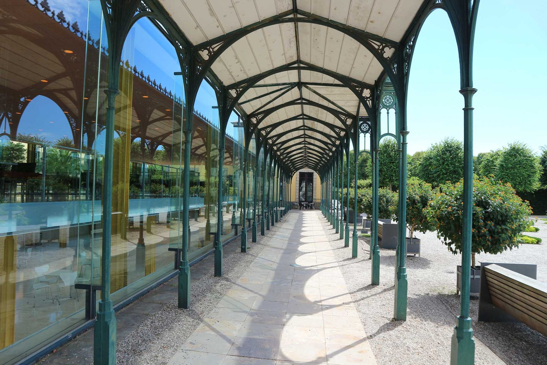 Arne-Jacobsen-Foyer. Sie bildet zugleich einen wirksamen Sonnenschutz an der Südseite des Kristallriegels.