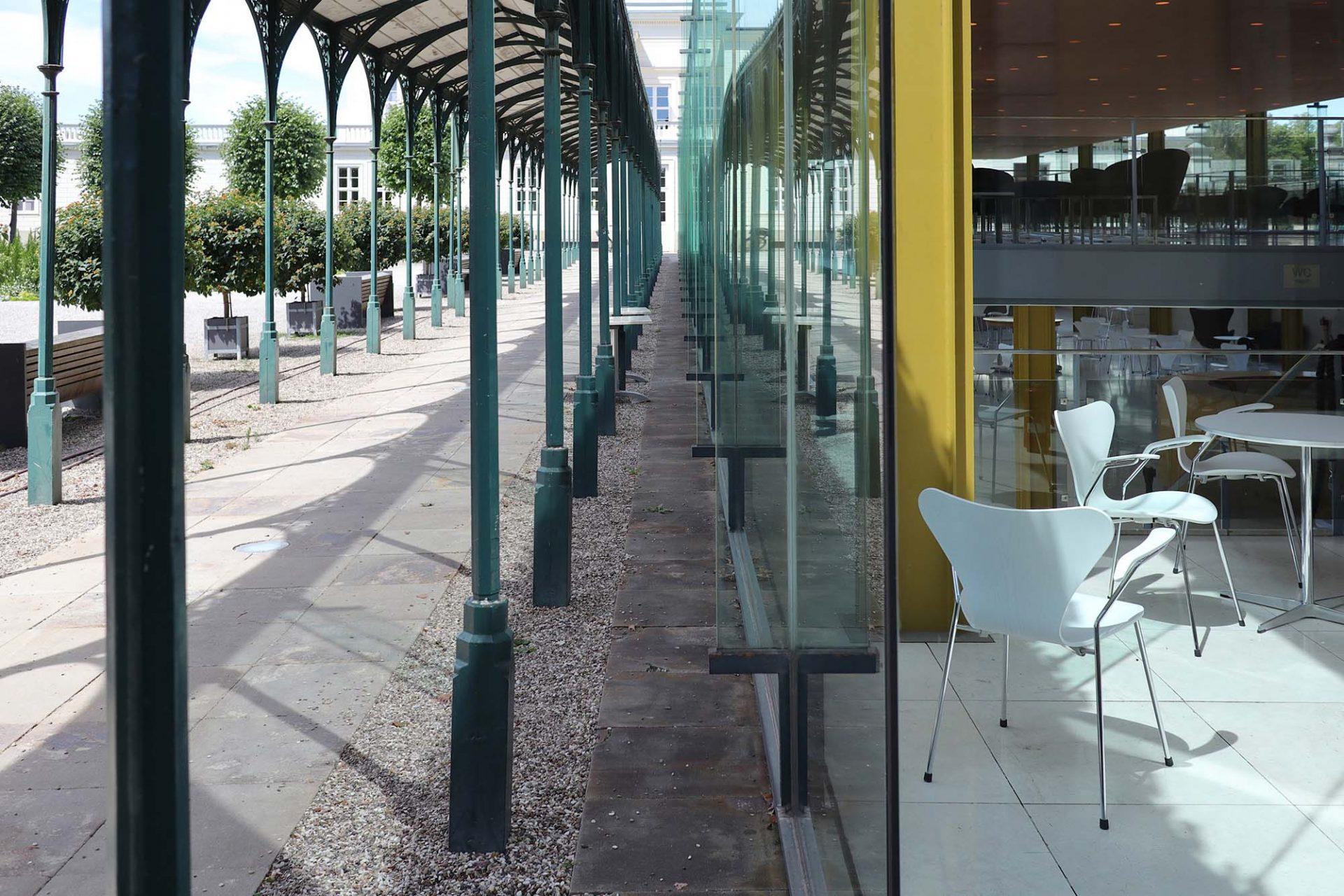 Arne-Jacobsen-Foyer. Grenzen zwischen innen und außen verschmelzen.