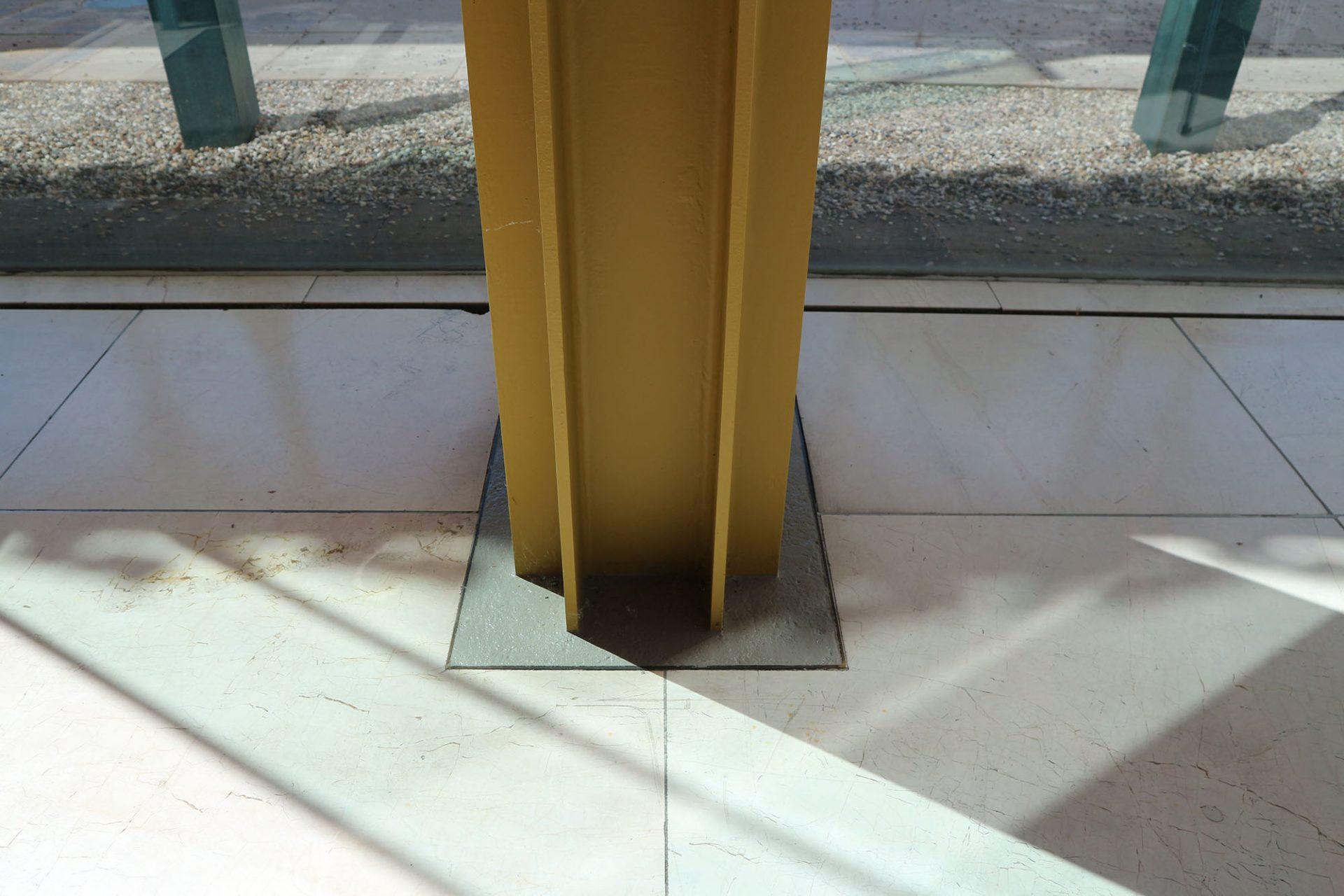 Arne-Jacobsen-Foyer. Jedes Detail wurde behutsam auch in Jacobsen-typischer Farbigkeit saniert.