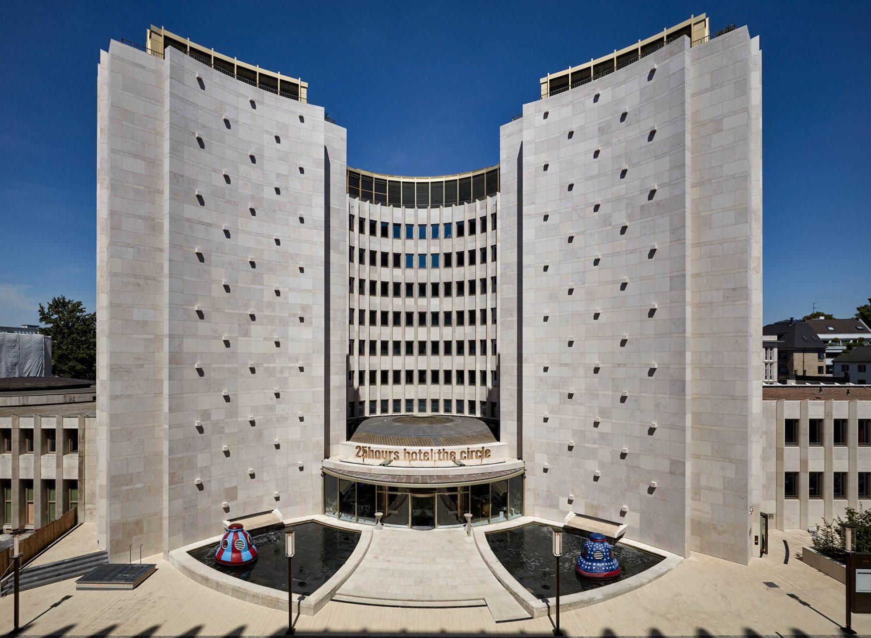 25hours Hotel The Circle. O&O Baukunst legten die Qualitäten des ursprünglich von Heinrich Sobotka und Gustav Müller entworfenen Gebäudes Schicht für Schicht frei ...