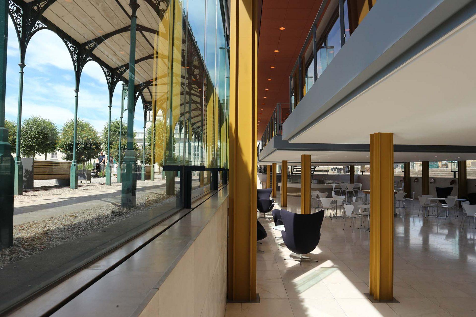 Arne-Jacobsen-Foyer. Die untere Ebene ist ein fließender Raum. Die obere Ebene besteht aus drei Plattformen ...