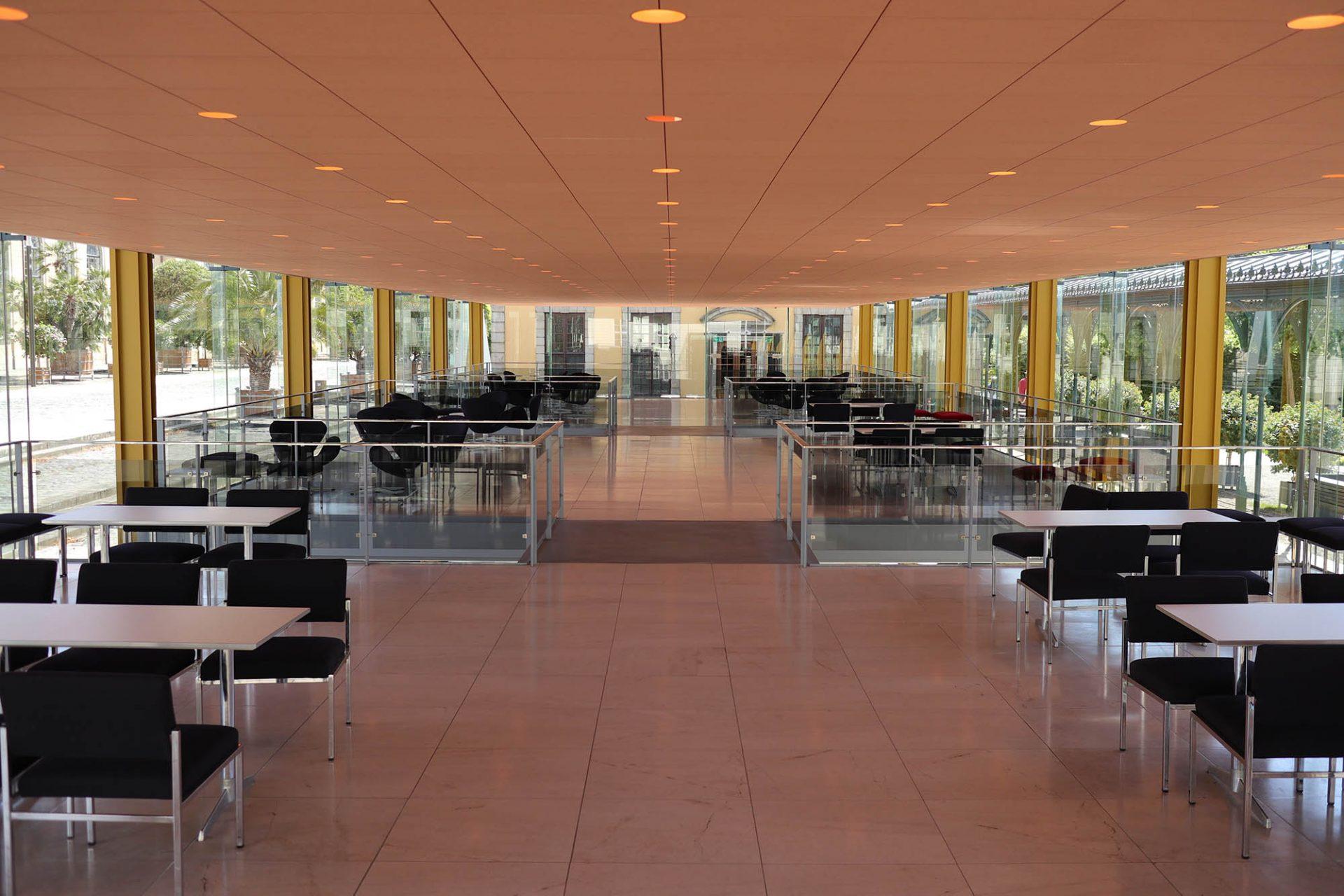 Arne-Jacobsen-Foyer. ... die über Brücken- und Treppenanlagen miteinander verbunden sind.