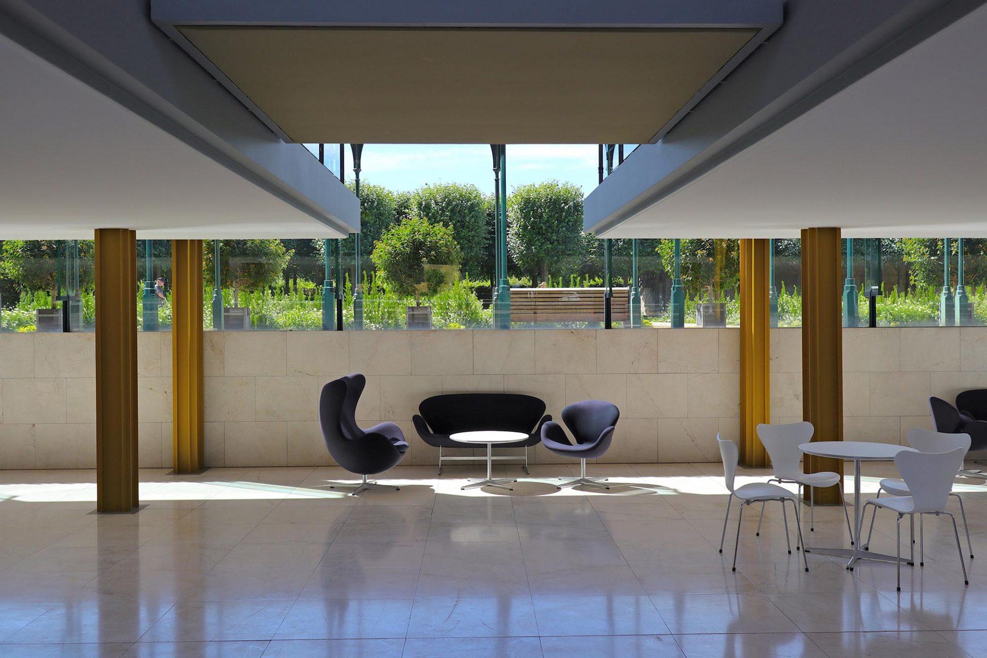 """Arne-Jacobsen-Foyer. Mit der Renovierung kamen auch Jacobsens Möbeldesign-Klassiker ins Foyer: Unter ihnen die Stühle der """"Serie 7"""" und die Sessel """"Ei"""" und """"Schwan""""."""