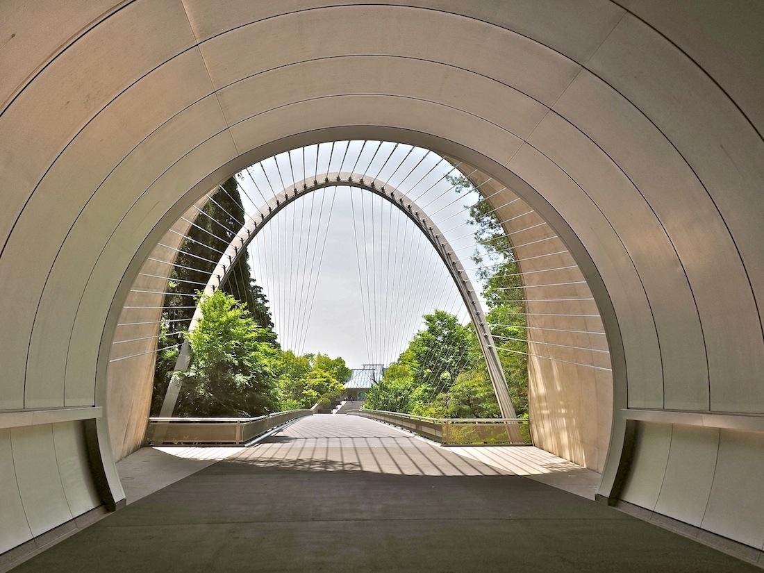 Augenöffner. Der Ausgang des Zubringertunnels und die Hängebrücke schaffen einen spektakulären Rahmen für das Museum.