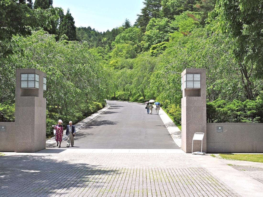 Der Weg als Ziel. Von Kirschbäumen gesäumt startet die rund sechshundert Meter lange Strecke zum Museum am großzügigen Empfangsgebäude über den Parkplätzen. Elektrobusse sorgen für bequemen Transport, zur Einstimmung in I. M. Peis kühne Architektur empfiehlt sich der Weg zu Fuß.