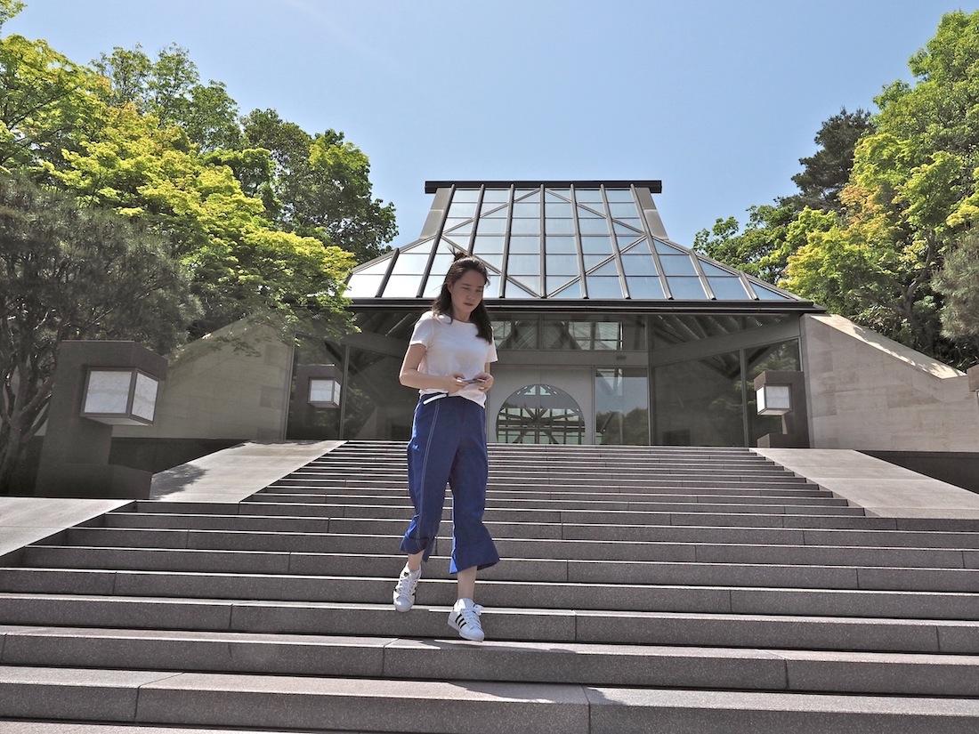 Sakrale Anleihen. Mit der Neigung seines Dachs und dem Aufstieg über die Treppe erinnert der Eingang zum Museum an viele der Tempel in den Bergen Japans.