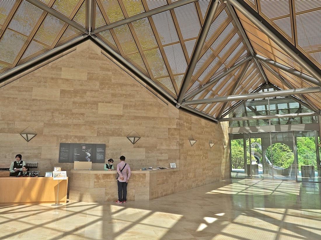 Geometrische Muster. Die Dachlandschaft über der Eingangshalle gibt vor, wofür I. M. Pei auch bei anderen Bauten berühmt wurde: klare Muster, bestimmt von gleichschenkligen Dreiecken, und das raffinierte Spiel mit dem Licht.