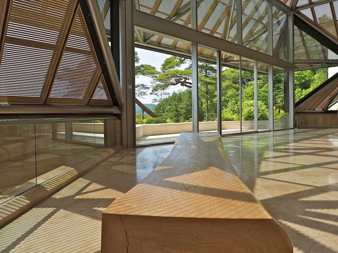 Historisches Material. Die Sitzbank in der Eingangszone stammt aus einem 350 Jahre alten Keyaki-Baum, einer seltenen Ulmenart, deren hartes Holz in den Bögen der Samurai und den Nagado Daikos, den mächtigen japanischen Trommeln, Verwendung fand.