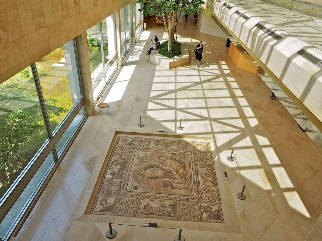 Ausgesuchte Standorte. Rund dreitausend Objekte haben Mutter und Tochter Koyama erworben, etwa ein Zehntel davon ist ständig zu sehen. Für jedes der Exponate, wie hier das römische Mosaik mit Dionysos und Ariadne auf Naxos, hat Baumeister Pei einen besonderen Raum geschaffen.