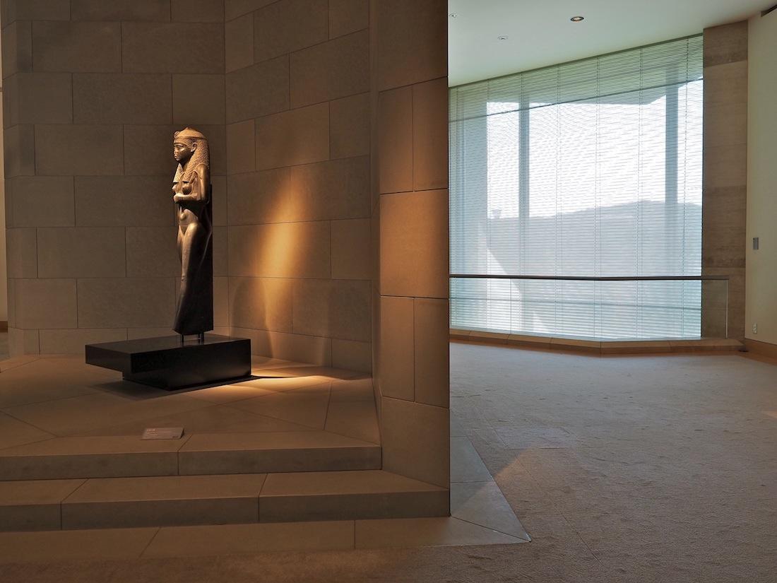 Meister des Lichts. Für alle Kunstwerke entwarf Pei eine eigene Lichtregie. Im ägyptischen Raum mit der Statue der Königin Arsinoe II. aus dem dritten Jahrhundert vor Christus, die sie als Fruchtbarkeitsgöttin zeigt, hat er bewußt den Wechsel des Tageslichts eingesetzt.