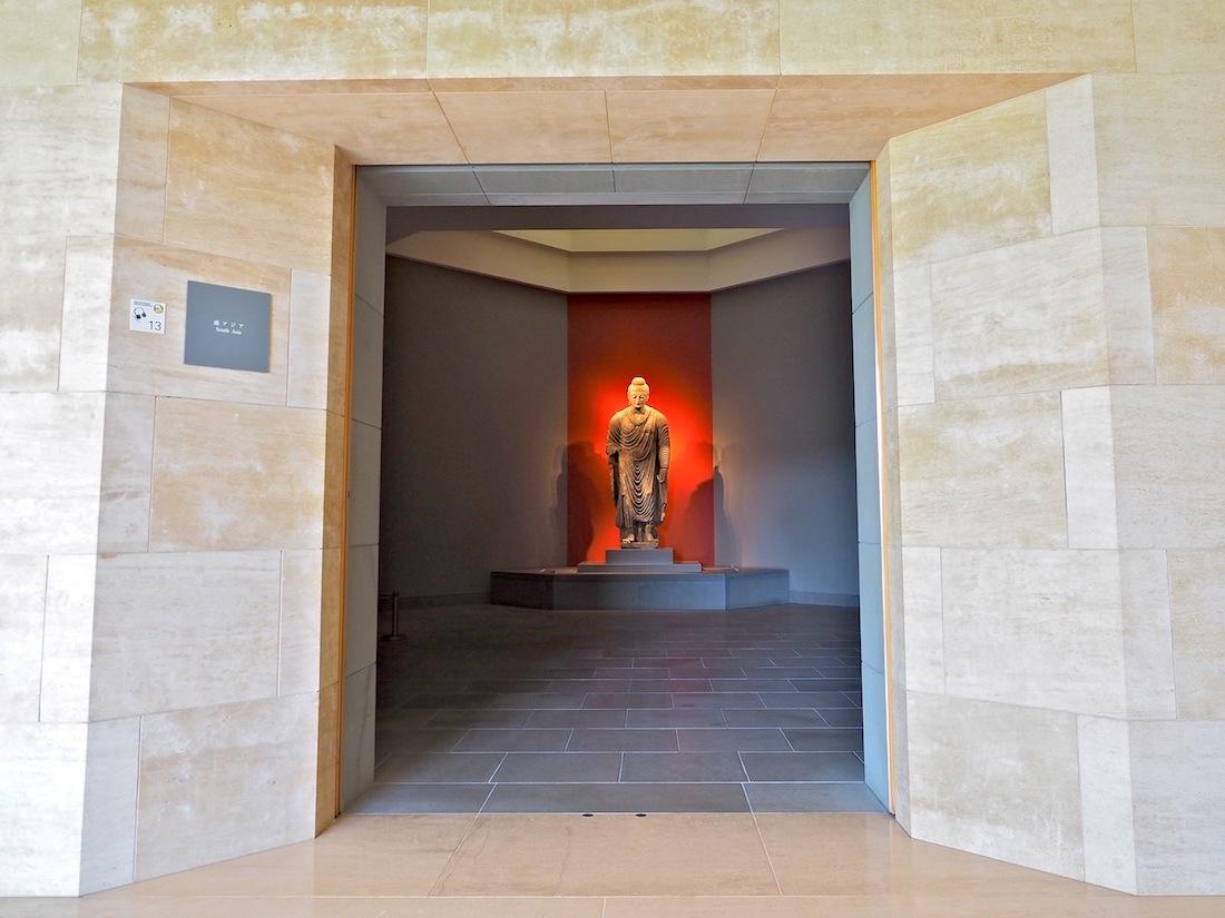 Kontrast in Stein. Fast überall im Gebäude bringt der helle Kalkstein Magny Doré aus Burgund Böden und Wände zum Leuchten. Für den Buddha aus dem südasiatischen Ghandara schafft der dunkle Pietra Serena aus der Toskana eine sakrale Atmosphäre.